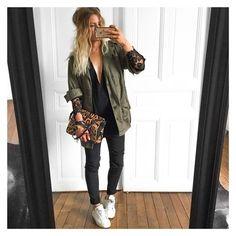 Oi oi galerinha! Gente, eu realmente amei esse look, uma coisa meio black, com essa jaqueta verde estilo exército, amei. E esse super decote ideal pra quem tem seios pequenos! Use e abuse de decotes que te valorisem!