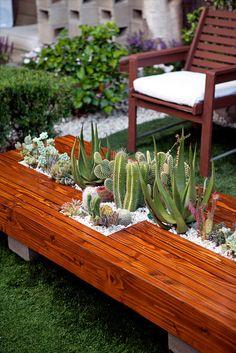 La madera en el exterior es una buena solucion para combinar con áridos y plantas. Visita nuestra web: www.lleidatanamediambient.com