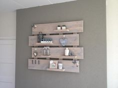 Foto: Wandbord van stijgerhout. Geplaatst door evls op Welke.nl Pallet Shelves, Wooden Shelves, Regal Display, Wood Pallet Art, Diy Bathroom Decor, Diy Pallet Projects, Home Decor Furniture, My New Room, Display Shelves