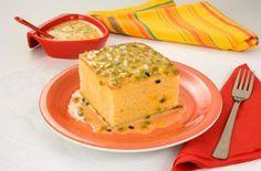 bolo gelado de maracujá, pedaço quadrado sobre um prato laranjado, carda com sementes de maracujá