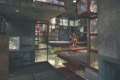 Cemento armato, vetro e acciaio in una composizione di forme geometriche fatta di cubi e sfere disposti apparentemente in maniera casuale. La particolare casa albero di Fregene (Roma) è un progetto sperimentale ideato da Giuseppe Perugini, Raynaldo Perugini e Uga De Plaisant alla fine degli anni '60.