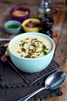 Print Recipe The pot with short thighs This recipe is a tribute to a historical dish taken by Paul Bocuse: soup with a wooden leg. It's a kind of stew in which you put a beef shank straight . Gourmet Recipes, Soup Recipes, Healthy Recipes, Slow Food, Carrot Greens, Asparagus Soup, Soup Kitchen, Chicken Livers, The Fresh