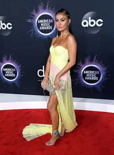 Os melhores looks dos American Music Awards 2019 Christina Aguilera, Selena Gomez, Taylor Swift, American Music Awards 2019, Versace, Strapless Dress Formal, Formal Dresses, Poses, Yellow Dress