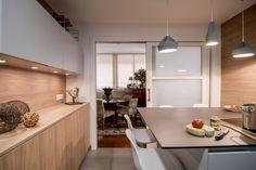 Hoy tenemos en Decoesfera un nuevo ejemplo de una cocina tradicional transformada para convertirse en una estancia optimizada, abierta y comunicada...