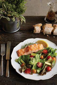 Gute Proteine, wie sie beispielsweise in Wildlachsfilet mit frischem Gemüse stecken, regen den Metabolismus an. Aber auch Ziegenkäse und Walnüsse können einen leichten, grünen Salat mit wichtigen Fetten veredeln.