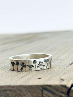 🍄Anel d cogumelinhos🍄 Funky Jewelry, Cute Jewelry, Jewelry Rings, Jewelry Accessories, Hippie Jewelry, Indian Jewelry, Jewelry Crafts, Natural Accessories, Jewelry Design