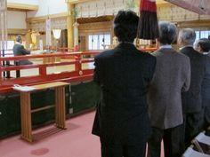 平成24年12月17日(月)、西川町大井沢に鎮座する湯殿山神社の志田 菊宏宮司、責任役員の皆様が当八幡宮に正式参拝にお越し下さいました。    湯殿山神社の御例祭では、当八幡宮宮司が献幣使としてご奉仕させていただいていることもあり、この度の役員研修でお立ち寄り下さいました。    寒い中、ご参拝いただき誠にありがとうございました。