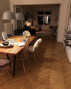 Esszimmer und Wohnzimmer, wenn es dunkel draußen ist - mit gemütlichem Licht wird das Esszimmer zum Arbeitsplatz