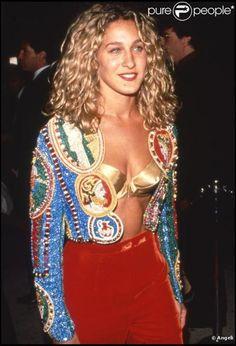 SJP in Gianni Versace với bộ áo lót đầu nhọn làm từ metallic tạo vẻ đẹp sexy mạnh mẽ cho nguười mặc