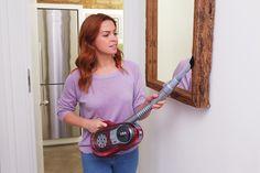 Nettoyez tous les recoins en profondeur avec l'aspirateur balai doté de la technologie ORA® www.blackanddecker.fr/ora/