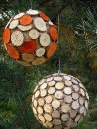 Styroporbälle mit Holzscheiden verkleidet / Foto: Ursula Thome