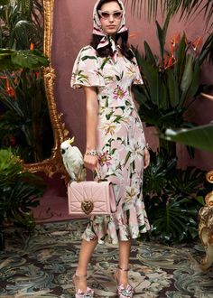 Dolce & Gabbana, The new print of the collection is here. Blossom with delicate lilies and romantic shades of pink. Fashion 2020, Runway Fashion, Fashion Outfits, Flower Dresses, Cute Dresses, Amor Animal, New Print, Crepe Dress, Elegant Outfit
