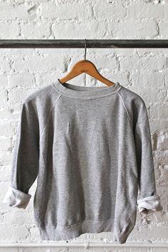 Esta sudadera es gris. Quiero llevar esta sudadera a ir de compras.  Prefiero esta sudadera gris que un suéter rosado. Puedo llevar esta sudadera si vas a un partido de béisbol.