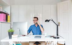 Человек на домашний офис многозадачности