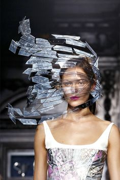 Sculptural Headpiece with sweeping structure - alternative materials; wearable art // Giles Deacon // Empress of Style 3d Fashion, Fashion Details, Fashion Show, Fashion Design, Origami Fashion, London Fashion, Vogue Paris, Giles Deacon, Body Adornment