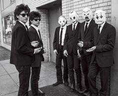 A partir da esquerda, Eddie e Glenn Angulo, vestidos como os personagens de Cães de Aluguel e Narayana, Govinda, Bhagavan e Mukunda com as máscaras inspiradas em Batman: O Cavaleiro das Trevas (Foto: Bruce Weber)