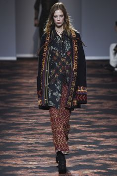 Etro Fall 2016 Ready-to-Wear Collection Photos - Vogue.fab cardigan, all those fringed edges! Fashion Week, Fashion 2017, Couture Fashion, Winter Fashion, Fashion Show, Woman Fashion, Boho Fashion, Fashion Trends, Vogue