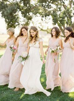 damas de honor con vestidos rosas