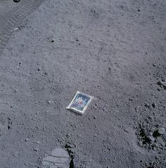 1. Essa foto foi tirada em 1972 durante a missão Apollo 16, quando o astronauta Charles Duke deixou uma foto de sua família na Lua, e lá está até hoje