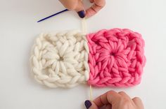 How to join Granny Squares with an invisible seam. But more importantly, chunky yarn granny squares! Crochet Diy, Crochet Crafts, Yarn Crafts, Crochet Ideas, How To Crochet, Quick Crochet, Crochet Tutorials, Motifs Granny Square, Joining Granny Squares