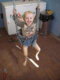 DIY Tutorial DIY jeans refashion / DIY Make a swing for your Toddlers - Bead&Cord Diy Jeans, Jeans Refashion, Redneck Baby, Jean Diy, Kids Swing, Child Swing, Diy Bebe, Denim Crafts, Baby Swings