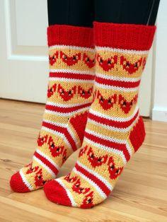 KARDEMUMMAN TALO: Viekkaita kuin ketut, tääläset olis kivat, jos joku osaa tehdä :D Knit Mittens, Knitting Socks, Hand Knitting, Knitting Patterns, Diy Crochet And Knitting, Knit Art, Colorful Socks, Fair Isle Knitting, Yarn Projects