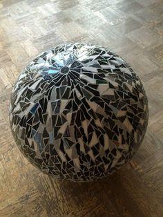 Boule en mosaïque émaux de briare sur support polystyrene : réalisé par lescoquelicotsdecoco