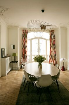 More interior inspiration on www.ringthebelle.com home / interieur / inspiration / paris / decoration / salle à manger / table knoll / chaises / vertigo / petite friture / #ringthebelle / #storystore