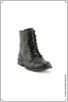 Bottine noire talon plat et large en grande taille pour femme, on aime les lacets style bottine ancienne.