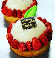 esta semana ha llegado a nuestras tiendas la tartaleta de fresitas del bosque y cremoso de vainilla! ALUCINANTE de bonita pero sobre todo de rica!!!! Buenas noches sweeties! #pasteleriaMallorca #strawberry #strawberries #pastrylove #pastry #pastrychef #vainilla #cream #fresh by pasteleriamallorca