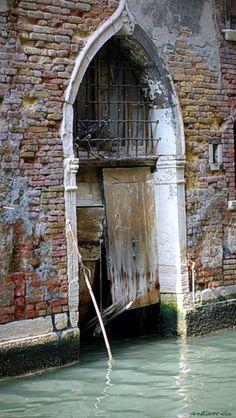 S'Croce siamo ridotti cosi vi sembra giusto? I veneziani hanno poca cura della loro casa*silva*