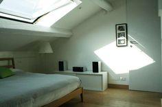 Illuminare una mansarda bassa - Camera da letto nelle nuances del bianco