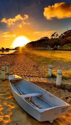//Boat and Sunset ~ Beautiful place Beach Sea and Sand ~ Beautiful Sunrise, Beautiful Beaches, Beautiful Morning, Landscape Photography, Nature Photography, Cool Photos, Beautiful Pictures, Nature Pictures, Am Meer