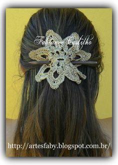 Fabianne Castilho: Desafio do Grupo Amigas do Artesanato Crochet Hairband, Crochet Headband Pattern, Crochet Motif, Crochet Designs, Knit Crochet, Crochet Earrings, Crochet Hats, Crochet Hair Accessories, Embroidery