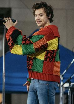 Harry Styles Clothes, Hary Styles, Rainbow Cardigan, Harry Styles Wallpaper, Harry Styles Pictures, Harry Edward Styles, Crochet Clothes, Aesthetic Clothes, Men Coffee