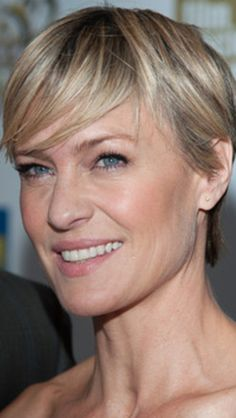 Robin Wright Penn, in House of Cards... Love the haircut!