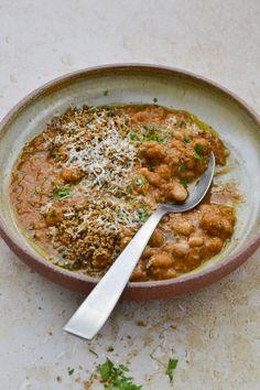 Voici MA version des haricots à la tomate que l'on trouve généralement en conserve et que je n'ai jamais eu envie de goûter. Tahini, Chickpea Curry, Curry Recipes, Voici, Porto Vecchio, Simple, Ethnic Recipes, Food, Table