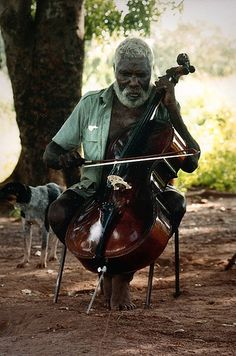 niedjie playing the bush cello