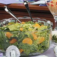 Mandarin Orange Spinach Salad Recipe- Recipes With mandarin oranges and a slightly sweet dressing, this spinach salad is a refreshing change of pace. I frequently take it along to summer picnics. Salad Bar, Soup And Salad, Salad Bowls, Recipes With Mandarin Oranges, Mandarine Recipes, Mandarin Salad, Spinach Mandarin Orange Salad, Romaine Salad, Spinach Salad Recipes