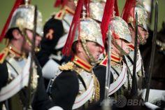 ロンドン公園に騎兵ずらり、恒例の閲兵式 国際ニュース:AFPBB News     ロンドン公園に騎兵ずらり、恒例の閲兵式 英ロンドン(London)のハイド・パーク(Hyde Park)で開催された王室騎兵乗馬連隊(Household Cavalry Mounted Regiment)の閲兵式で整列する騎兵たち(2014年3月20日撮影)。(c)AFP/LEON NEAL