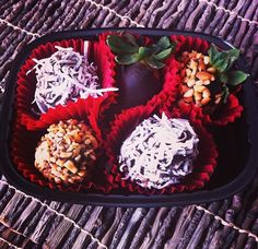 Fresas con coco, chocolate y cacahuate