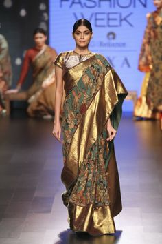 Looking for designer blouse images? Hear are latest trendy blouse models that you can wear with any saree of your choice. Trendy Sarees, Stylish Sarees, Fancy Sarees, Kalamkari Designs, Kalamkari Saree, Indian Silk Sarees, Saree Trends, Blouse Models, Indian Attire