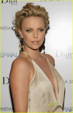 """Charlize Theron Photos Photos: The Cinema Society & Dior Beauty Hosts A Screening Of """"Sleepwalking"""" Charlize Theron Hair, Charlize Theron Photos, Beauté Blonde, Medium Blonde, Dior Beauty, Atomic Blonde, Actrices Hollywood, Beautiful Celebrities, Curly Hair Styles"""