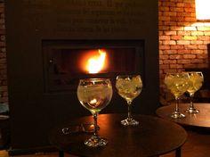 Tu Gin Tonic al calor de la chimenea, en Hotel Santa Cristina