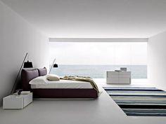 Biała sypialnia z wiśniowym łóżkiem
