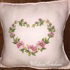 Un cuscino in etamina ... con un  cuore fiorito