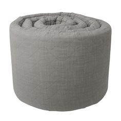 Lækker grå sengerand fra Sebra, som bl.a. passer til Kili sengen. Sengeranden er perfekt til at danne en tryk ramme for din baby. Se udvalg på Lirumlarumleg.dk - og bestil direkte her.