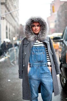 Miroslava Duva combina con maestría las tres tendencias clave de este invierno: el peto vaquero, el abrigo de pelo y el jersey marinero, ¿te atreves a imitarla?