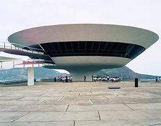オスカー・ニーマイヤー展 《ニテロイ現代美術館》 Photo: Takashi Homma 2002年 | HAPPY PLUS ART