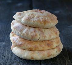 Pitabrød er et rundt, flatt brød som spises mye i Middelhavsregionen. Brødet stekes i varm ovn og blåser seg opp under stekingen slik at det danner seg en lomme inni. Lommen kan fylles med… Hamburger, Good Food, Bread, Baking, Recipes, Brot, Bakken, Recipies, Burgers